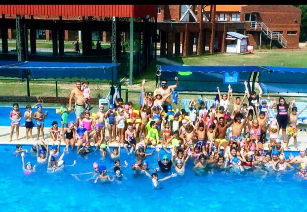Jóvenes en una de las piscinas del Centro Gallego de Montevideo.