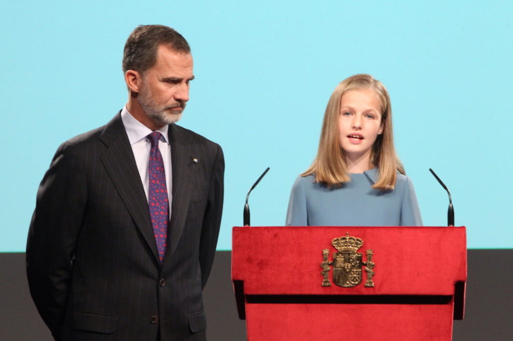 La Princesa Leonor lee la Constitución en presencia de su padre, el Rey Felipe VI.