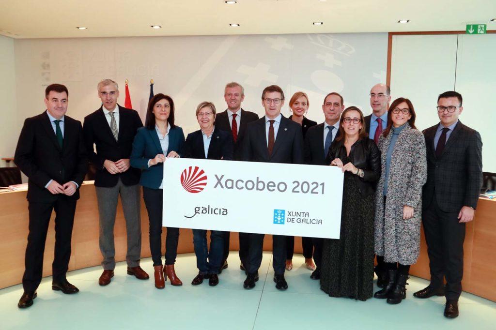 El presidente de la Xunta y los conselleiros muestran el logotipo y la marca del Xacobeo 2021 antes de la reunión del Consello.