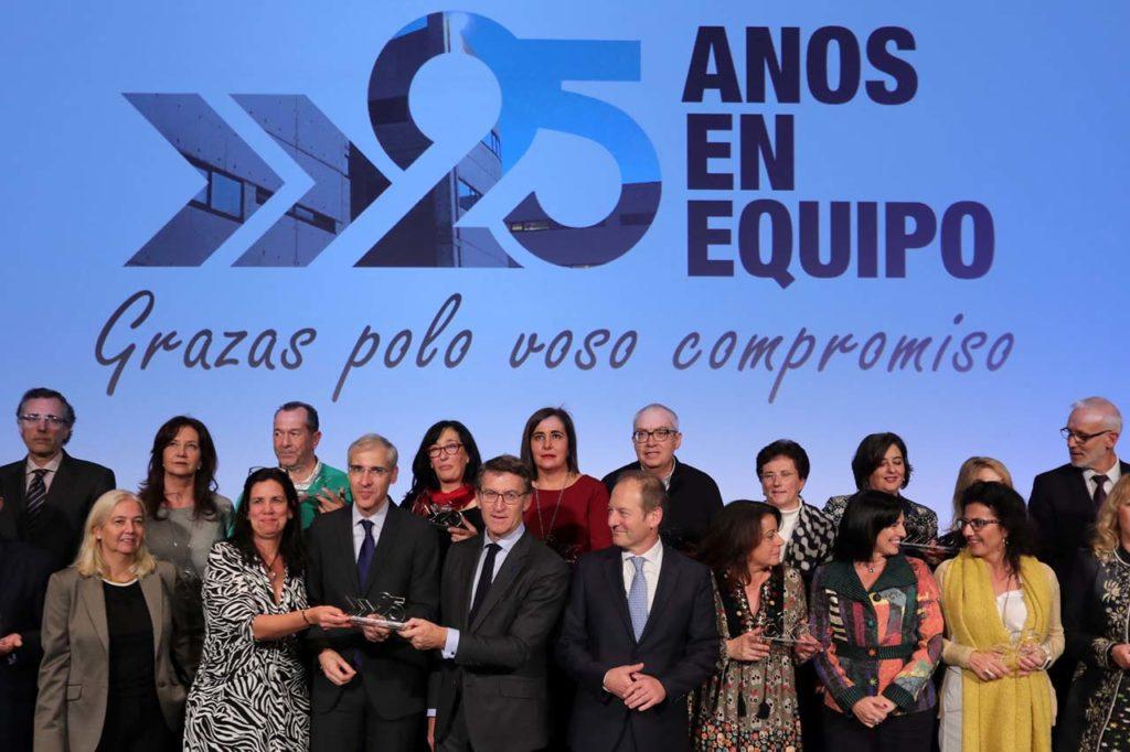 Feijó y el conselleiro Francisco Conde posan con trabajadores del Igape por su aniversario.