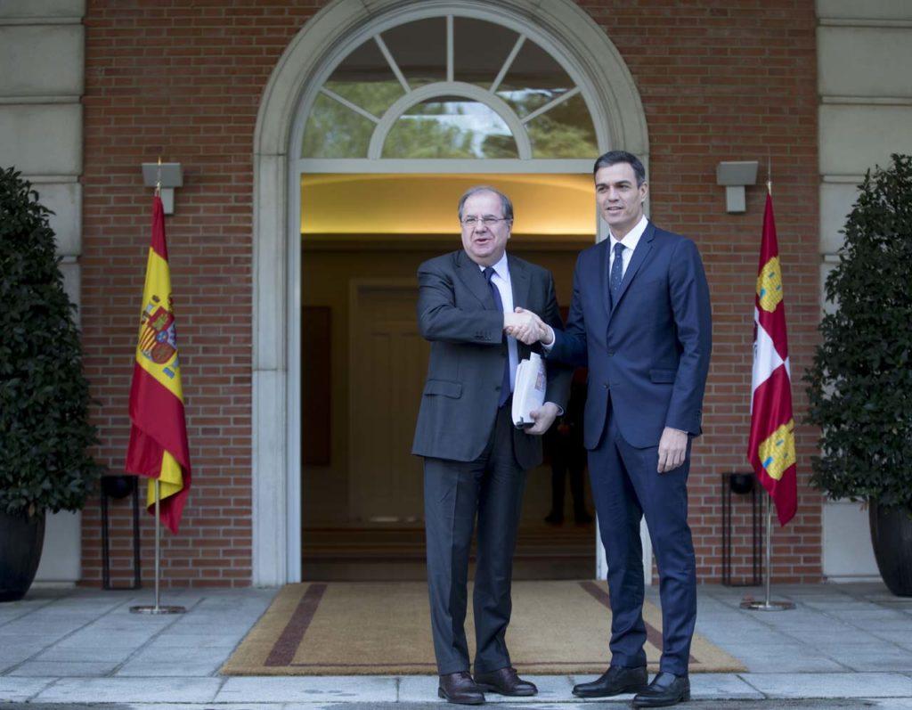 El presidente de la Junta, Juan Vicente Herrera, se reunió en La Moncloa con el titular del Gobierno central, Pedro Sánchez.