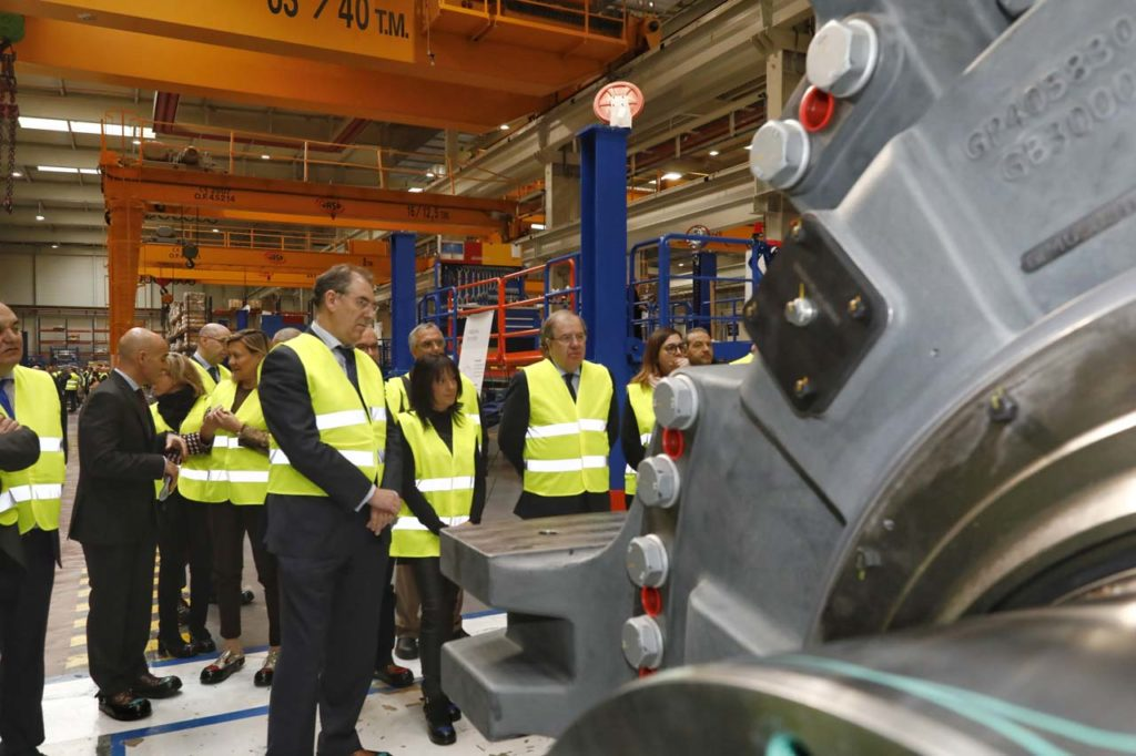 El presidente de la Junta, Juan Vicente Herrera, durante su visita a las instalaciones de Siemens Gamesa en Lerma.