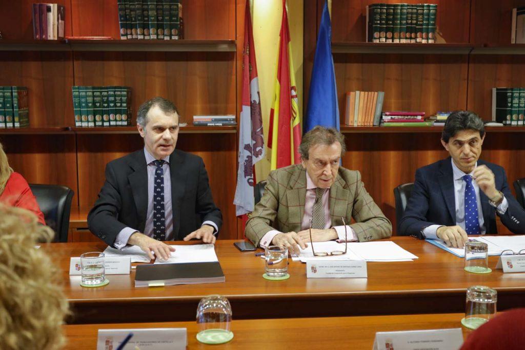 José M. Herrero (1º izq.) y José A. de Santiago-Juárez (c.) en el encuentro sobre cooperación.