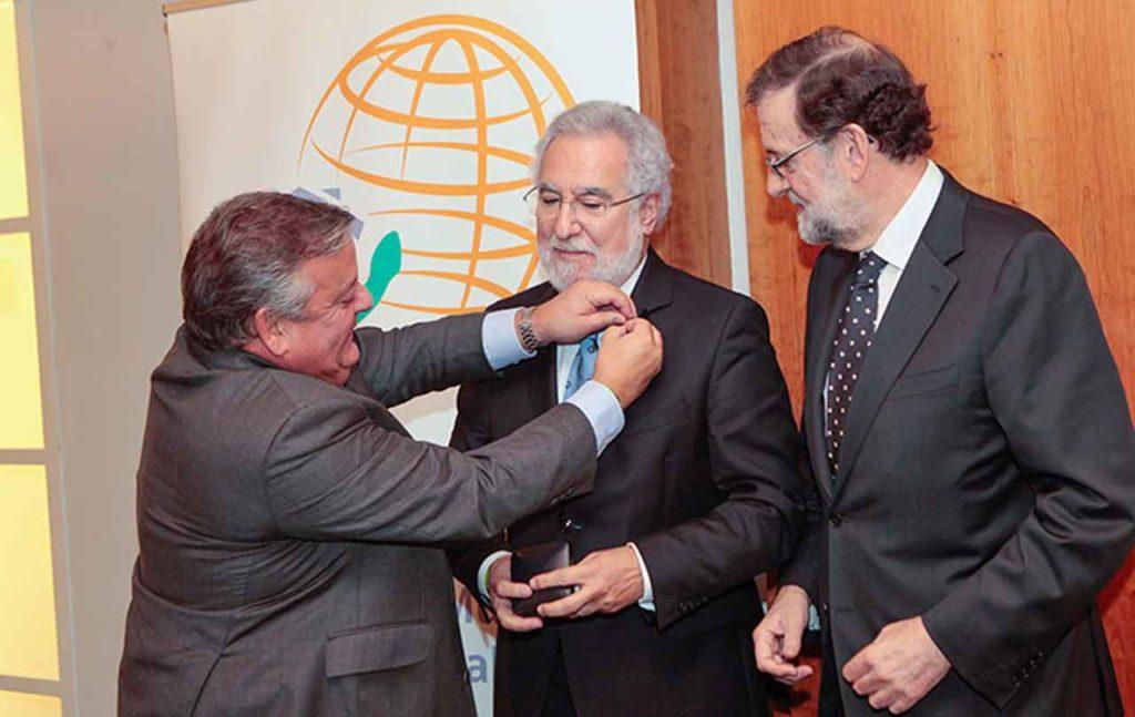 Julio Ancochea le impone la insignia a Miguel Ángel Santalices ante Mariano Rajoy.