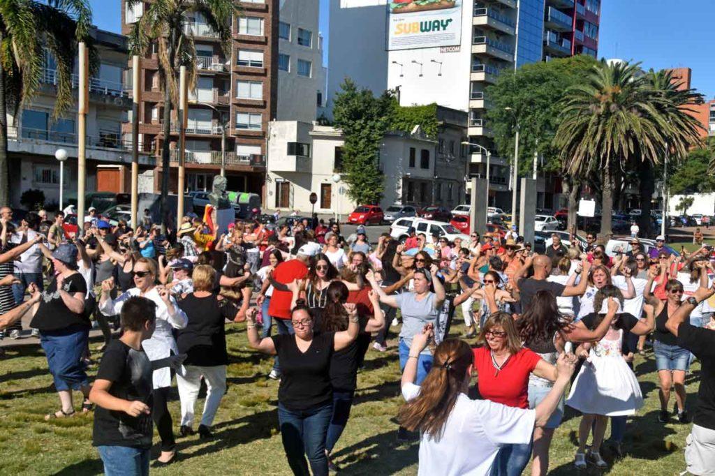 Más de cien personas bailando la muiñeira en la Plaza de Galicia de Montevideo.