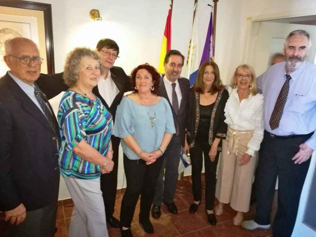 María Torres López, tercera por la derecha, y a su derecha el cónsul José Rodríguez Moyano junto al resto de la directiva del Centro Balear.