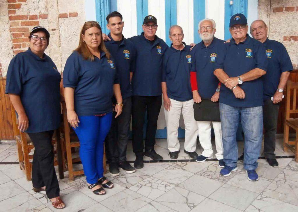 Sergio Toledo, centro, y Felipe Cid, derecha, con un grupo de colaboradores durante la celebración del 25º aniversario de 'Cova Céltiga'.