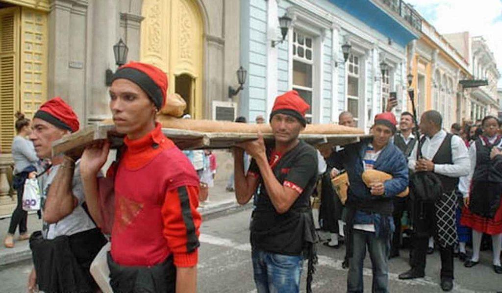 La comunidad catalana subió la tradicional flauta de pan gigante hasta la romería de la Colla en la Ermita de Montserrat.