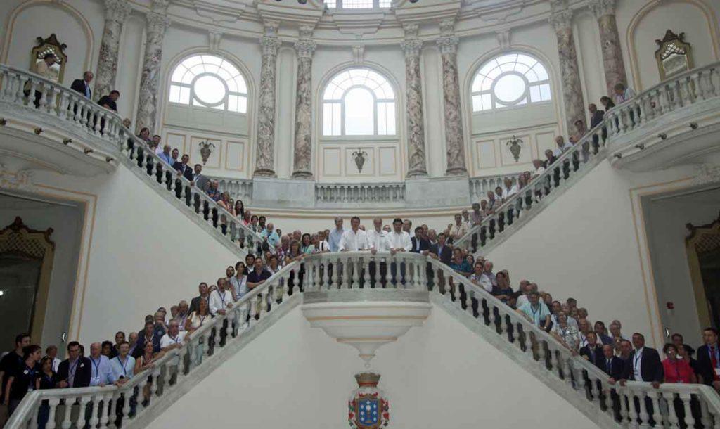 El presidente de la Xunta, Alberto Núñez Feijóo, con los representantes de los centros gallegos reunidos en La Habana en el XI Pleno del Consello de Comunidades Galegas celebrado a finales de mayo de 2016.