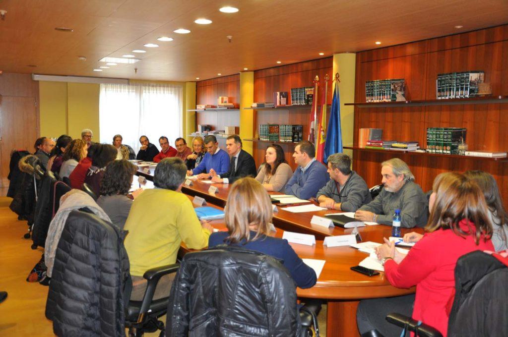 Imagen de la reunión del Grupo de trabajo de Inmigración presidida por el secretario general de la Consejería de la Presidencia, José Manuel Herrero.