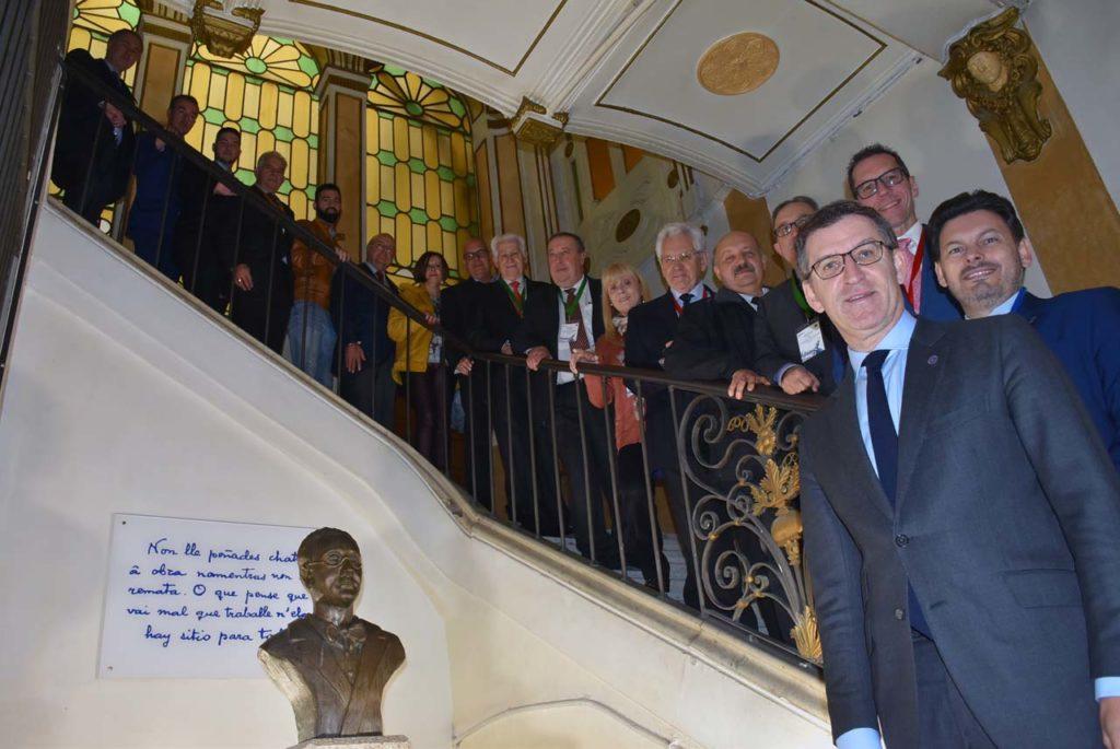 Foto de familia de los participantes en la reunión de la Comisión Delegada del Consello de Comunidades Galegas con el presidente de la Xunta.
