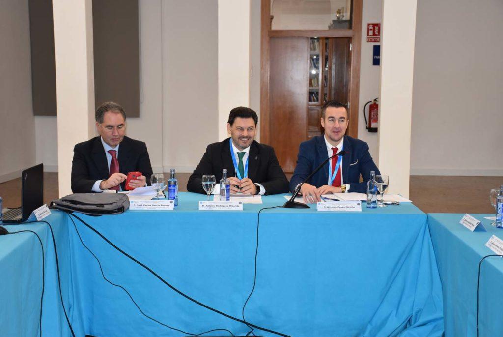 Antonio Rodríguez Miranda, en la presidencia de la reunión de la Comisión Delegada flanqueado por los subdirectores generales José Carlos García y Antonio Casas.