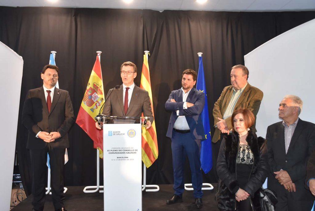 Feijóo flanqueado por el secretario xeral da Emigración, Antonio Rodríguez Miranda, y por Xosé Carlos García de Xuntanza de Asociacións Galegas de Cataluña y Eduardo Méndez, de la Unión de Asociacións Galegas en Cataluña y presidente de Saudade.