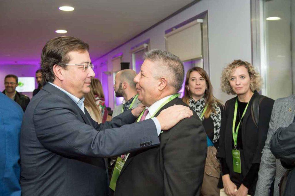 Guillermo Fernández Vara, izquierda, saludando a algunos de los asistentes.