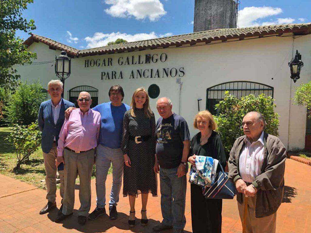 Fabiola García junto al delegado de la Xunta, Alejandro López Dobarro (a la izquierda) y directivos del Hogar.