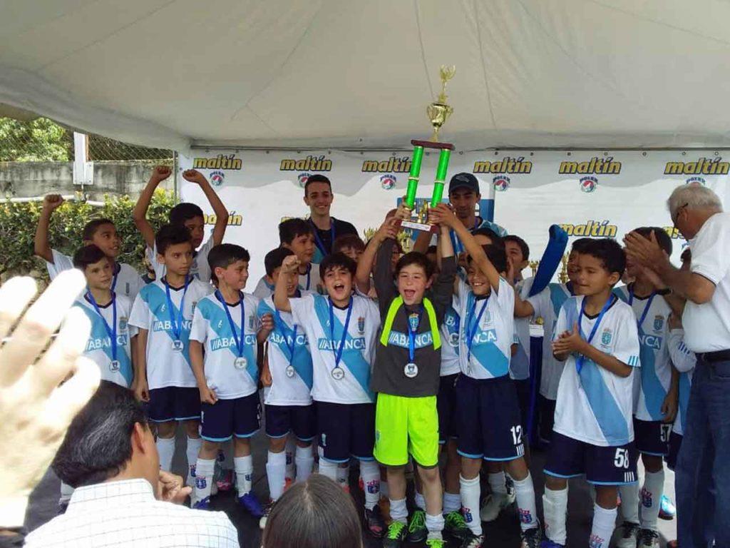 El deporte atrae a los más jóvenes en los centros españoles de Venezuela.