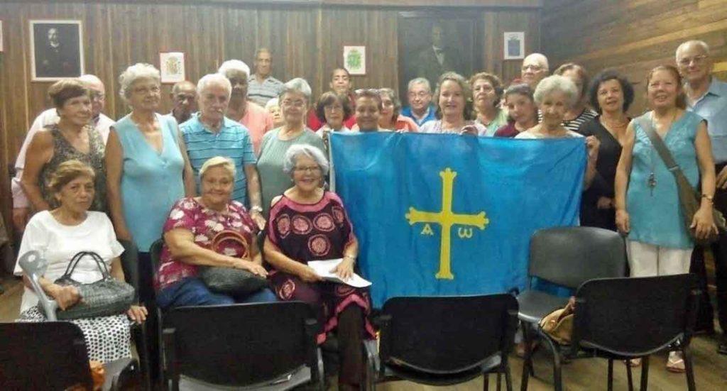 Directivos y asociados del Círculo Salense de La Habana durante la celebración de su 105º aniversario.
