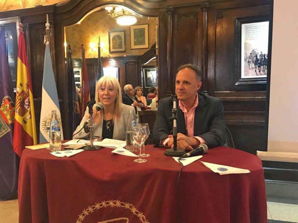 La presidenta del Centro Soriano Numancia, María del Pilar Berzosa, junto al consejero de Turismo, Francisco Javier Arroyo.