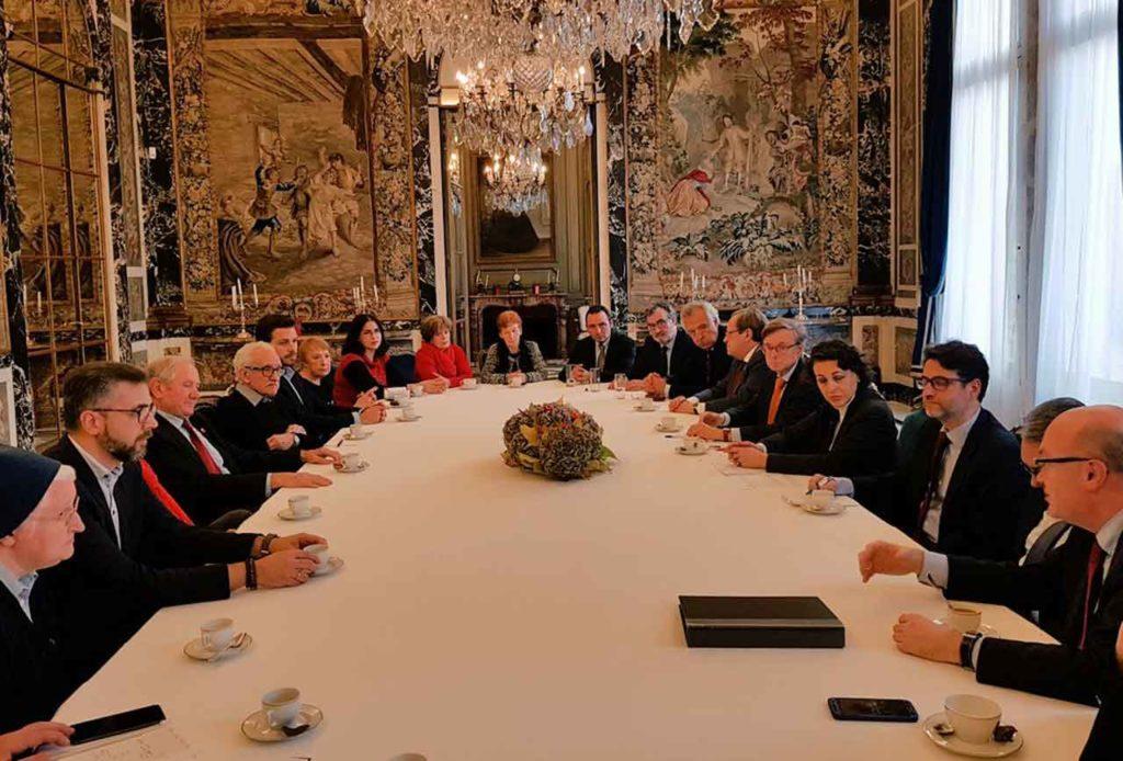 La ministra con los representantes de las asociaciones españolas en Francia.
