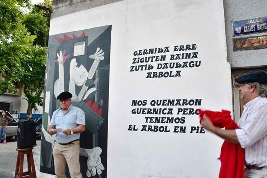 Un momento de la inauguración del mural.