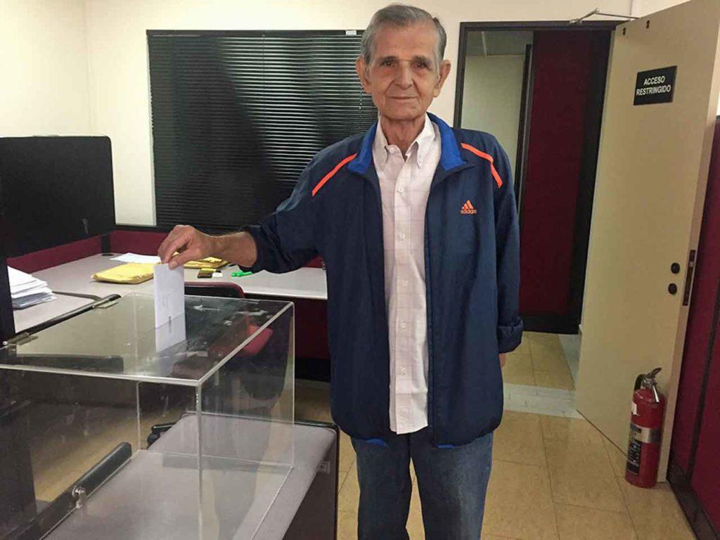 Un andaluz depositando su voto en el Consulado de España en Caracas.