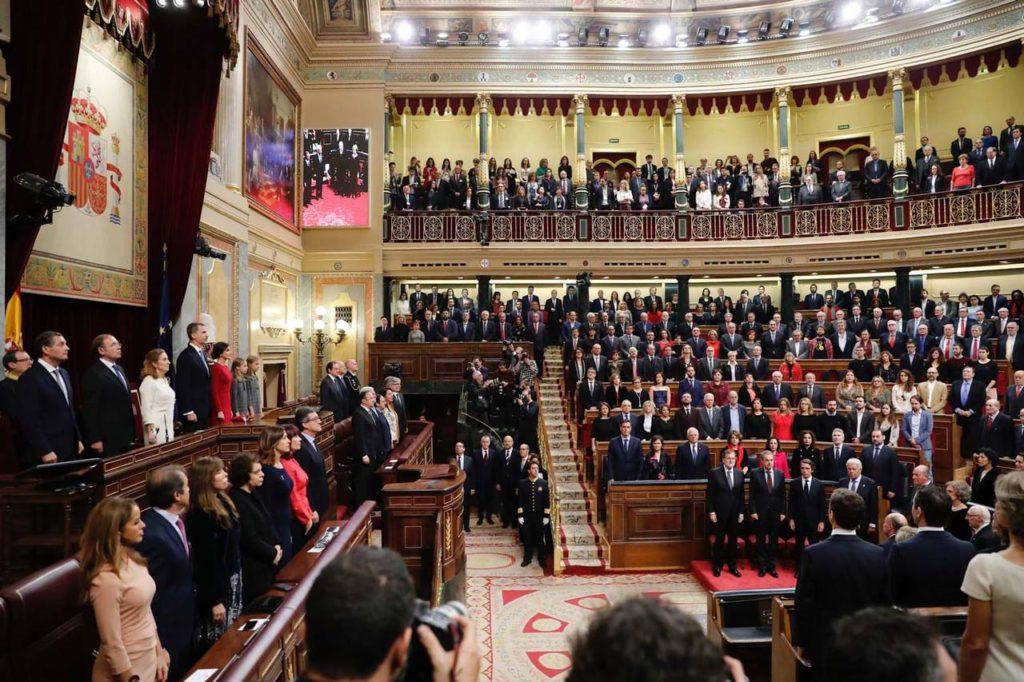 Imagen del Congreso de los Diputados durante el acto, con Felipe VI y Doña Letizia (a la izquierda) en la presidencia y los Reyes eméritos en el hemiciclo (a la derecha) junto a los expresidentes del Gobierno y los padres de la Constitución vivos.