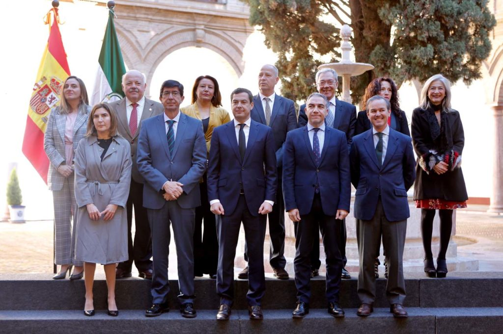 Juan Manuel Moreno (centro en primera fila) posa con los miembros de su Gobierno.