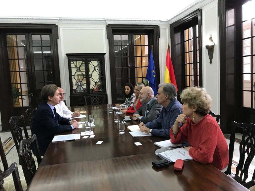 Un momento de la reunión de Jesús Gamallo con todo el equipo directivo de la Embajada de España en La Habana.