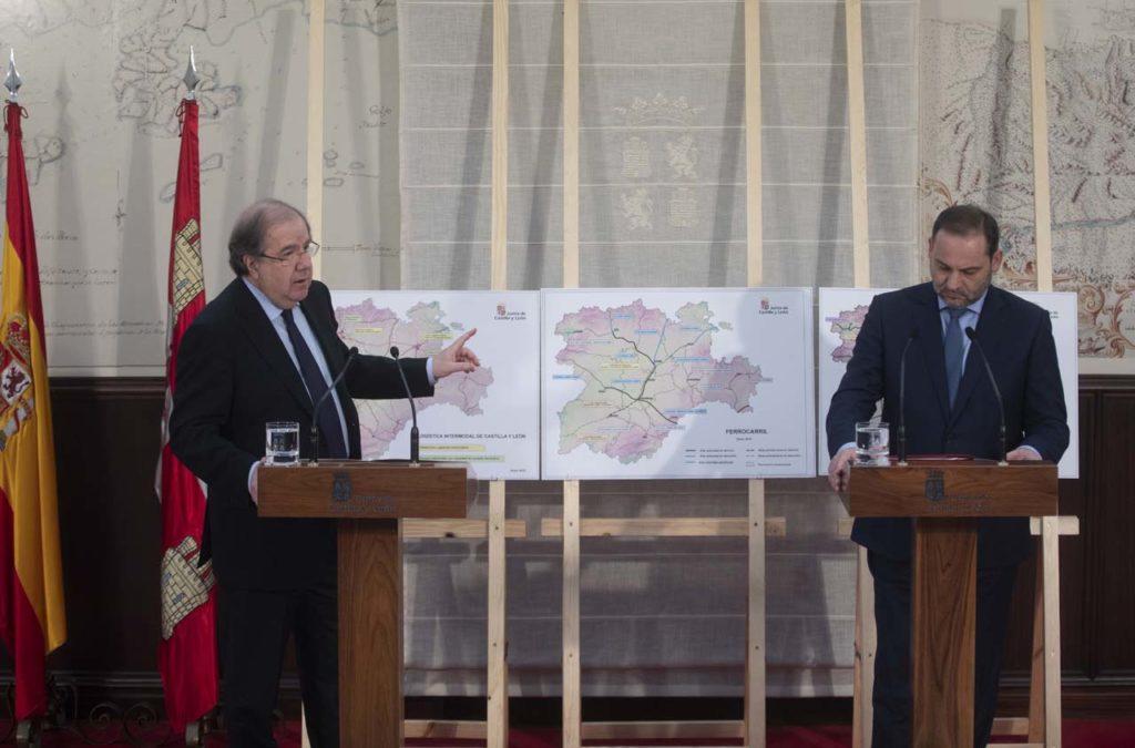 El presidente de la Junta, Juan Vicente Herrera, y el ministro de Fomento, José Luis Ábalos, en la rueda de prensa posterior a su reunión.