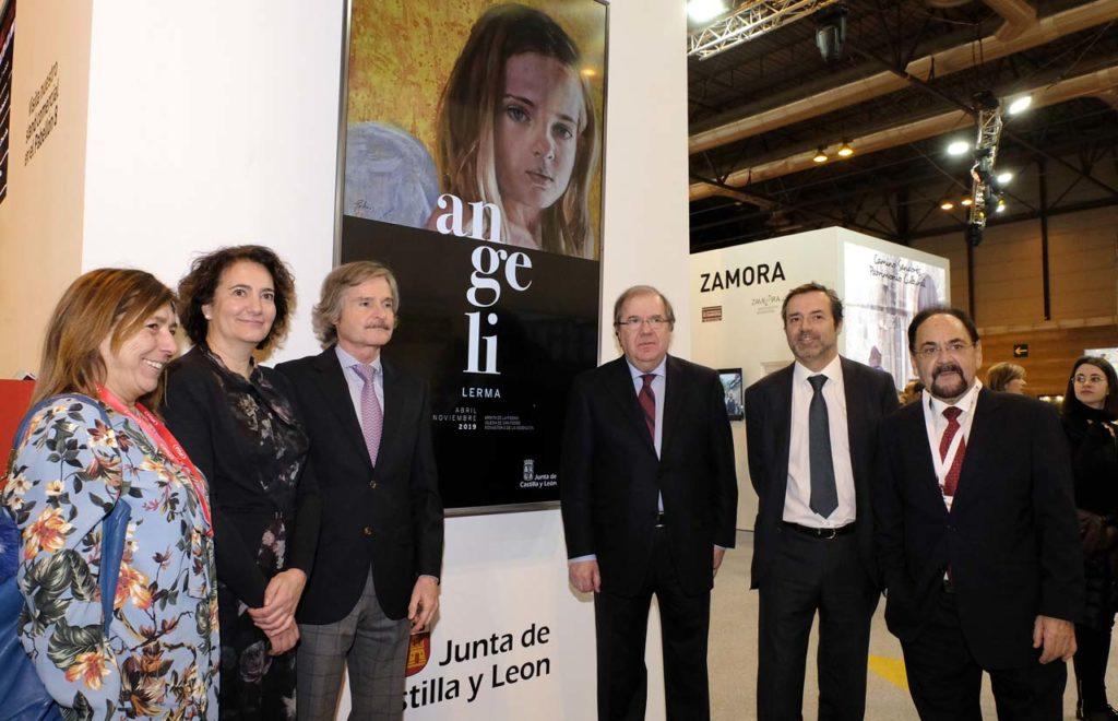 El presidente Herrera  y la consejera María Josefa García Cirac (2ª por izq.) con otras autoridades ante el cartel de Las Edades en Fitur.