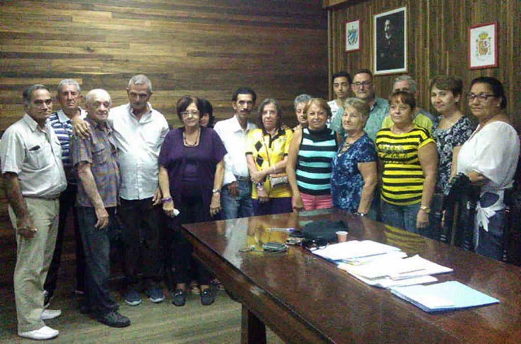 Armando Estévez, cuarto por la derecha en la fila de atrás, con la nueva directiva de la Sociedad Naturales del Concejo de Boal.