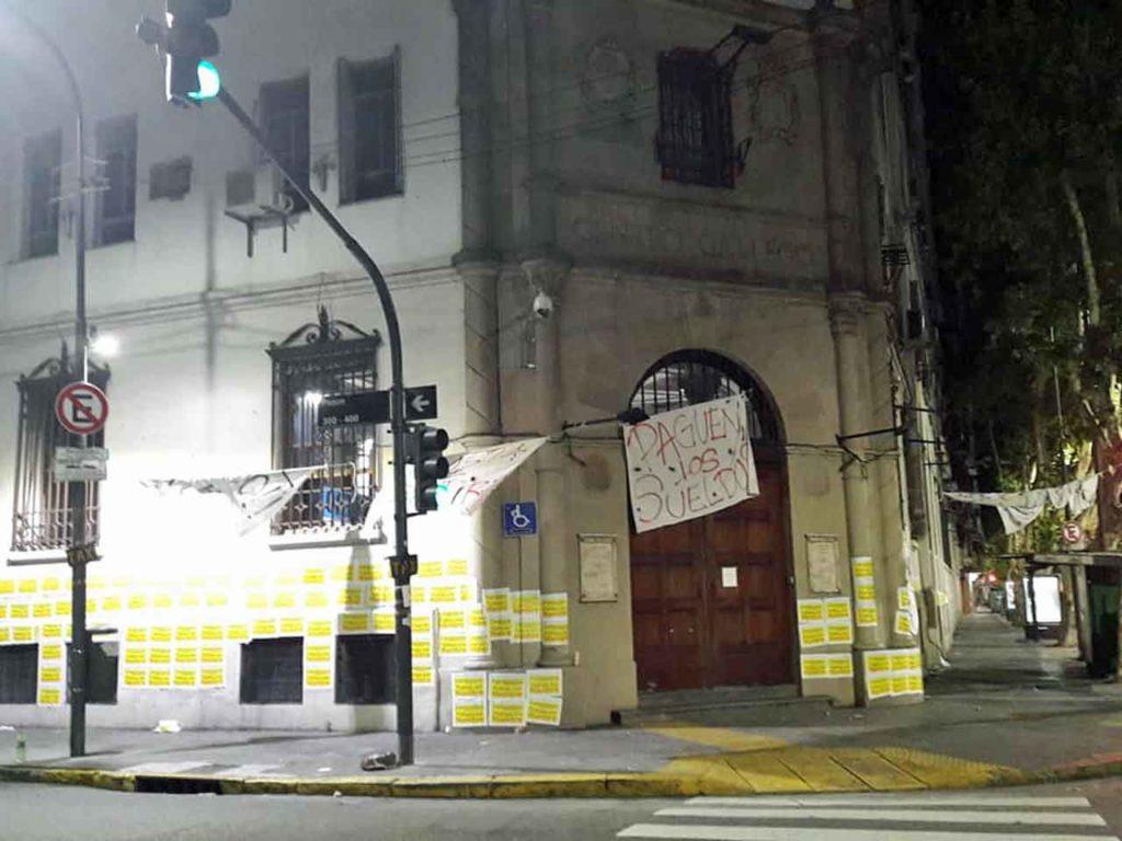 Triste imagen de la entrada principal del Centro Gallego.