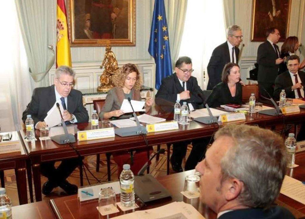 La ministra Meritxell Batet, en el centro, durante la reunión de la Carue.