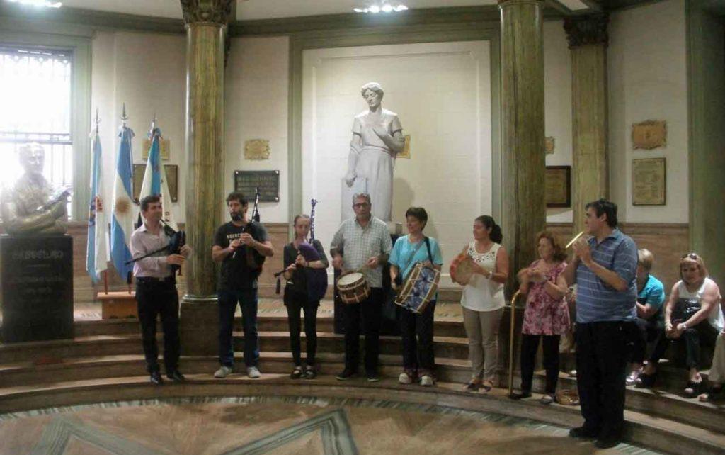 Músicos de la colectividad interpretaron piezas tradicionales del repertorio gallego.