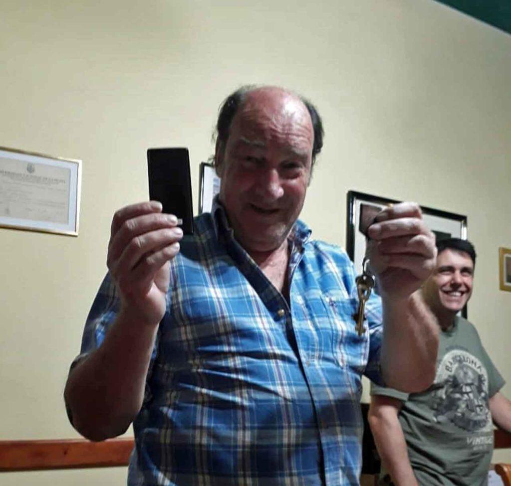 Jorge Wagner muestra orgulloso las llaves de la nueva sede.