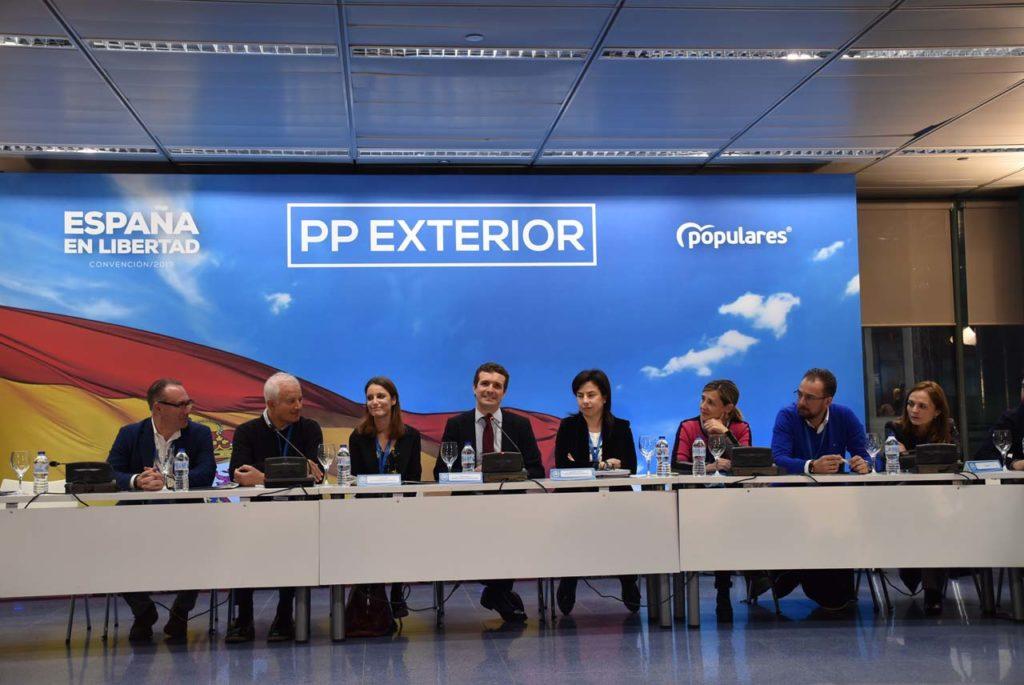 Casado, flanqueado por Andrea Levy y Ana Vázquez, en la mesa presidencial de la reunión.
