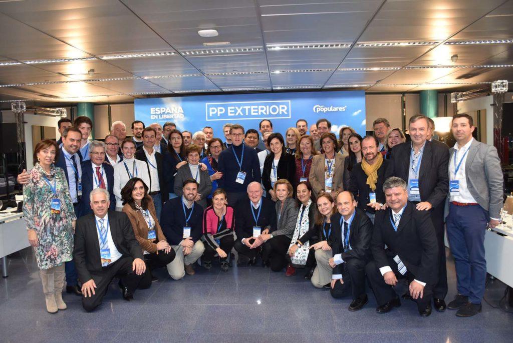 Los participantes en el Consejo de Españoles Residentes en el Exterior del PP posaron con el líder gallego, Alberto Núñez Feijóo.