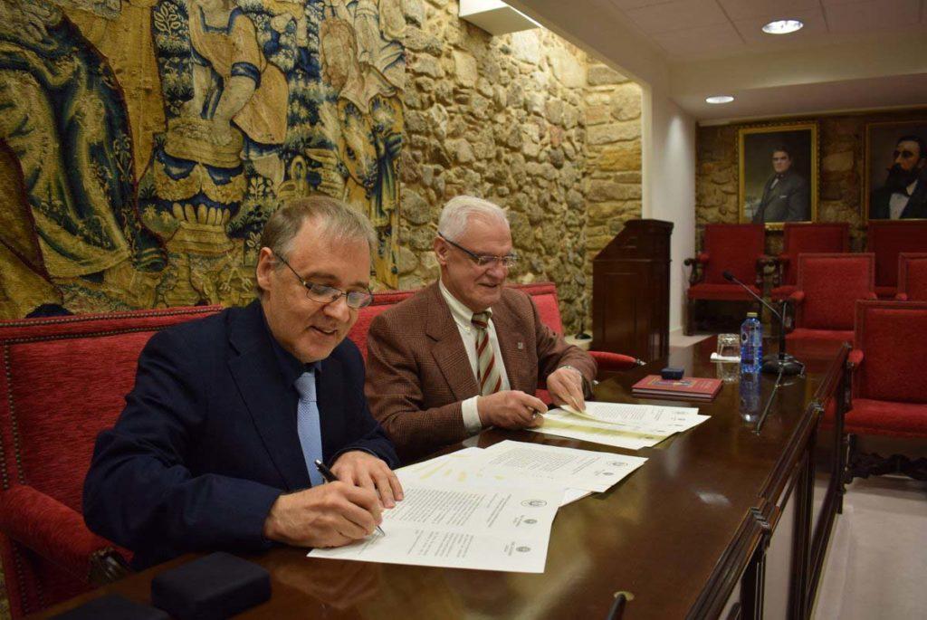 El presidente de la RAG, Víctor F. Freixanes (derecha), y su homólogo brasileño, Marco Lucchesi, rubricaron el documento en la sede de la RAG.