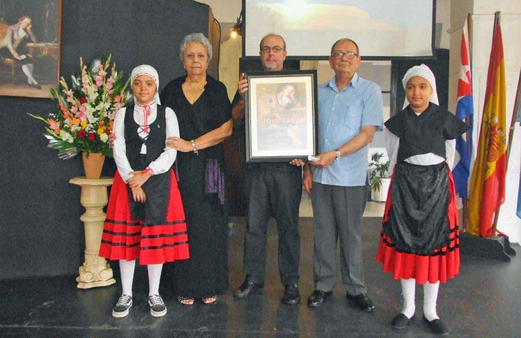 Adela Sierra entregó el premio que recogieron Longinos Valdés y Aurelio Francos en nombre de la Fundación Archivo de Indianos.