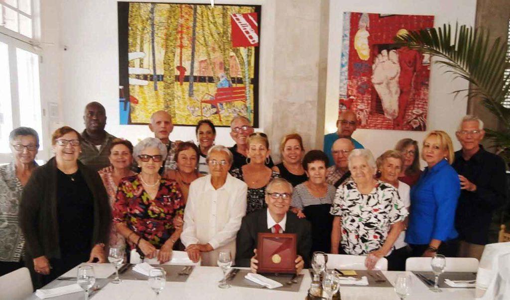Raúl Parrado junto a emigrantes leoneses y directivos de la Colonia durante la celebración del Día del Emigrante.