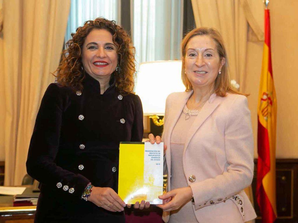 María Jesús Montero entregó el Proyecto de Presupuestos Generales del Estado para 2019 a la presidenta del Congreso, Ana Pastor.