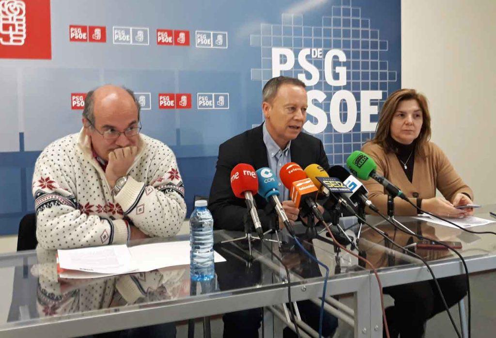 Luis Gulín, Rafael Rodríguez Villarino y Pilar Cancela, en la sede del PSOE.