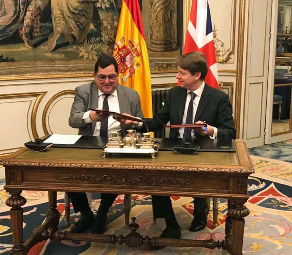 Luis Marco Aguiriano Nalda y Robin Walker firmaron el acuerdo.