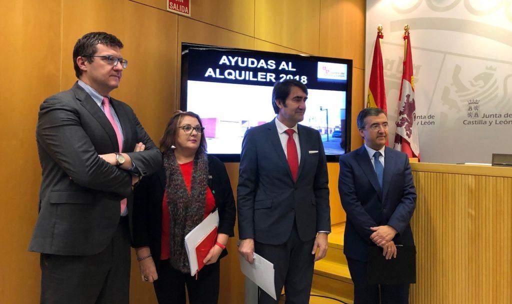 El consejero de Fomento y Medio Ambiente, Juan Carlos Suárez-Quiñones (2º por la derecha), presentó la resolución de la convocatoria de ayudas al alquiler 2018.