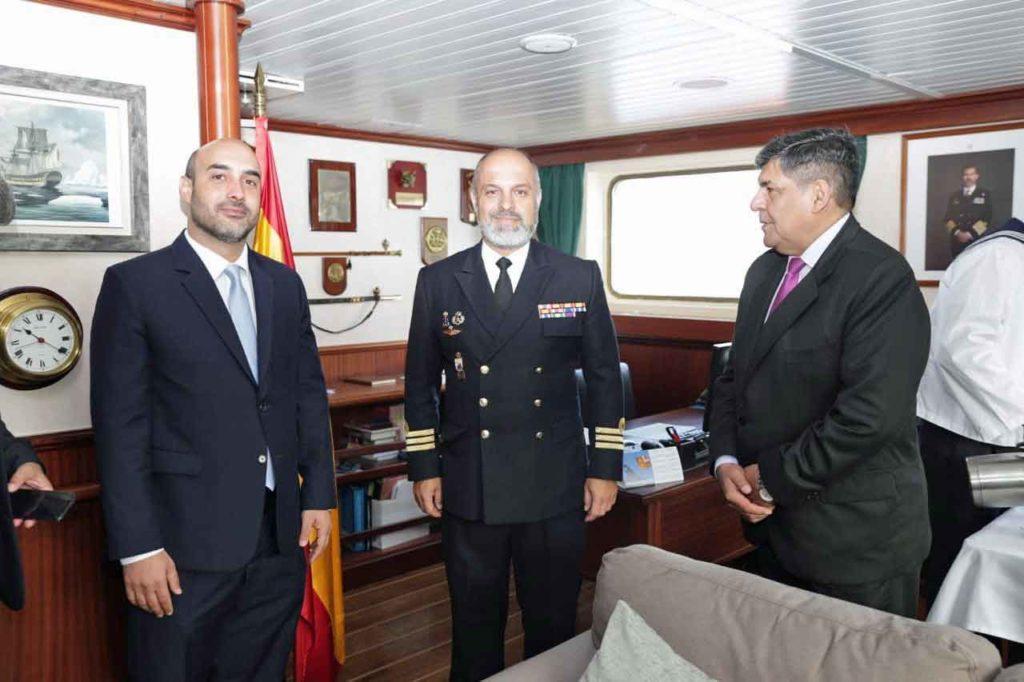 Diego Santiago Rivero, José Emilio Regodón Gómez y Juan Carlos Arcando en el 'Hespérides'.