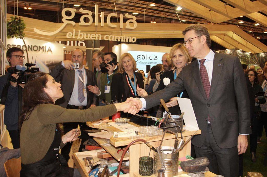 El presidente Alberto Núñez Feijóo durante su visita al stand de Galicia en la feria de turismo Fitur, en Madrid.