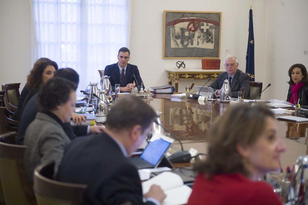 Pedro Sánchez (al fondo) presidió el Consejo de Ministros extraordinario en el que se conoció la fecha de las elecciones.