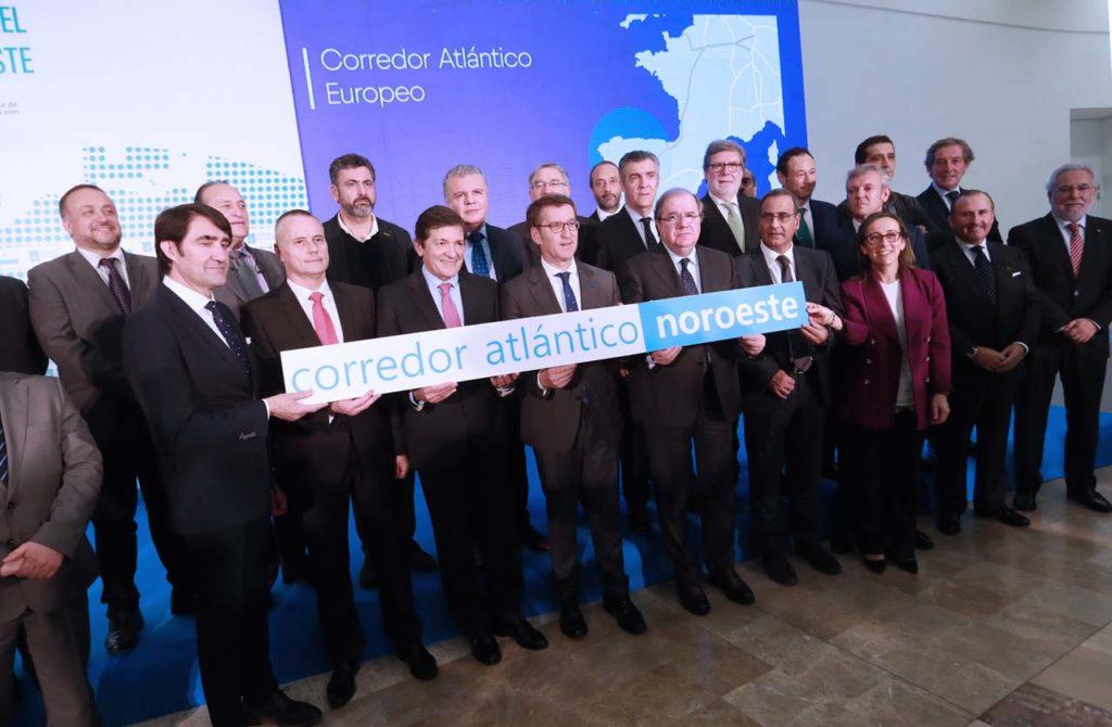 Feijóo, flanqueado por los presidentes de Asturias, Javier Fernández, y de Castilla y León, Juan Vicente Herrera,posa con representantes institucionales, empresariales y sindicales.