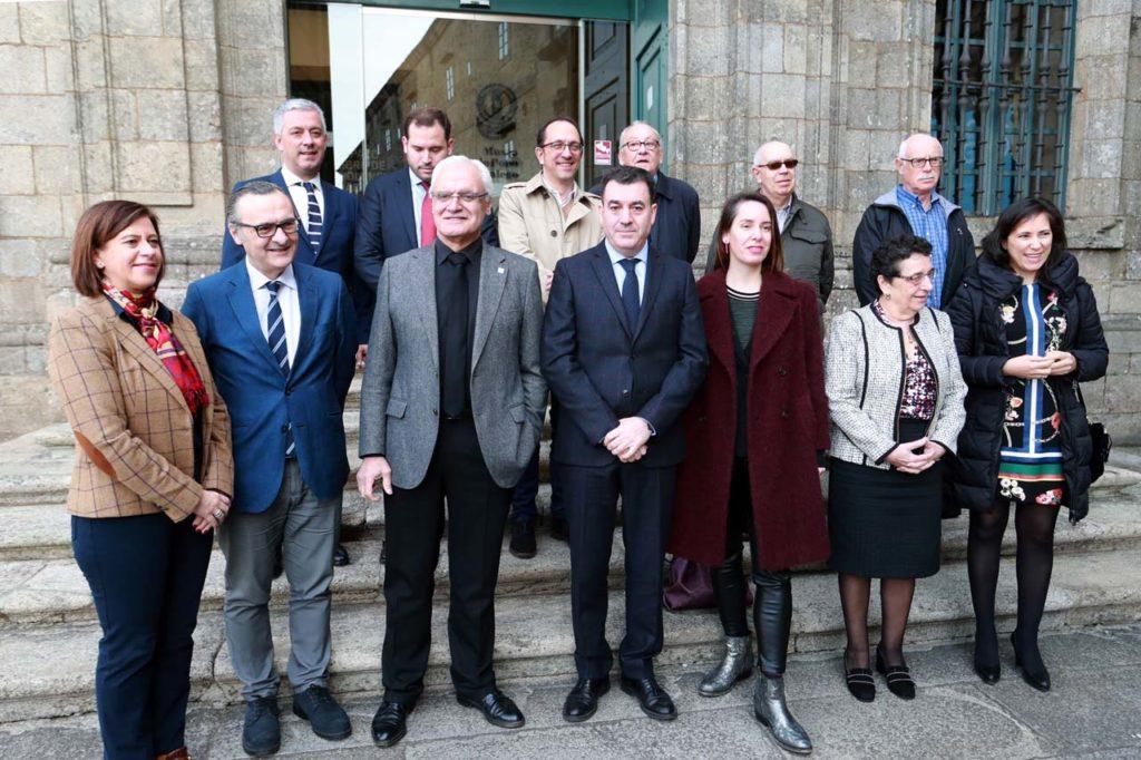 El conselleiro de Cultura e Turismo, Román Rodríguez, y las autoridades asistentes a la presentación de la programación de las Letras Galegas 2019, dedicadas este año a Antonio Fraguas Fraguas.