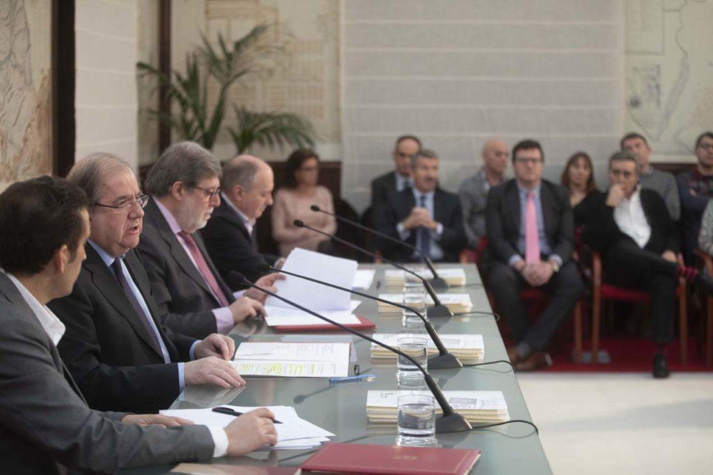 Herrera explicó los acuerdos en presencia de Vicente Andrés Granado, Santiago Aparicio y Faustino Temprano tras la firma.